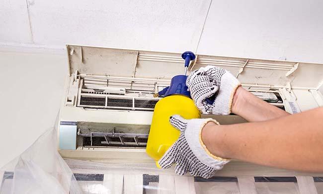 dùng bình tưới cây là cách vệ sinh máy lạnh dễ làm nhất