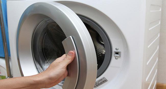 Nên đóng nắp cửa máy giặt khi máy khô