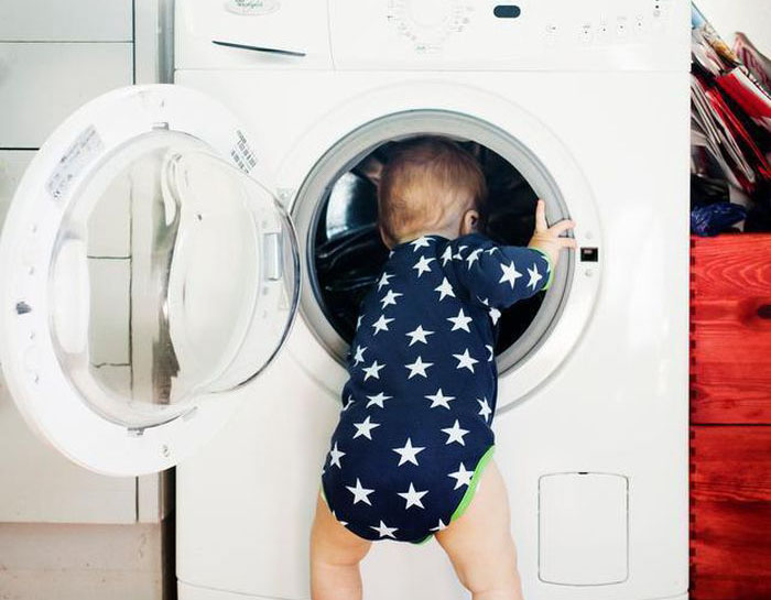 Mở cửa máy giặt trẻ con chui vào máy giặt chơi đùa rất nguy hiểm