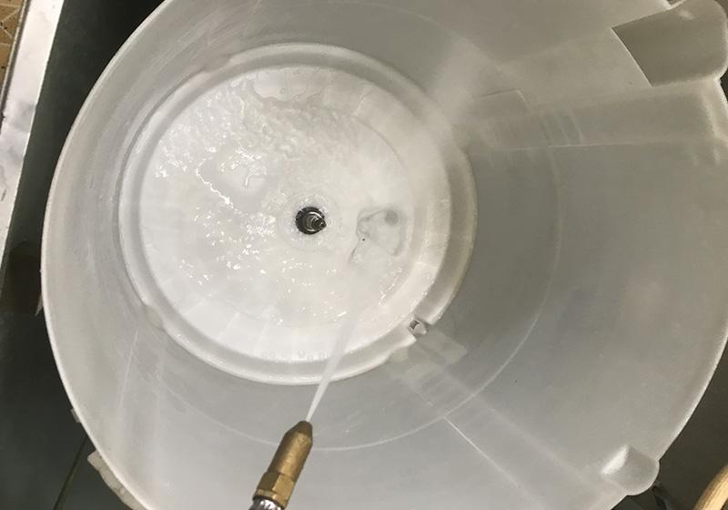 Dùng vòi rửa mạnh rửa sạch sẽ máy giặt