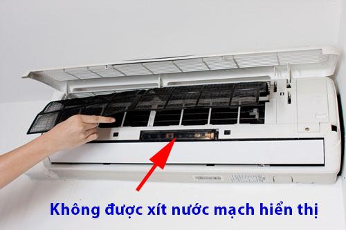 không xịt nước vào máy lạnh có mặt hiển thị phía trước