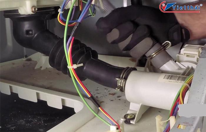 Kiểm tra bộ phận phía trong có thể là nguyên nhân máy giặt bị chảy nước dưới gầm