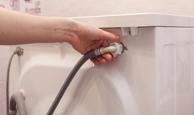 kiểm tra dây cấp nước máy giặt