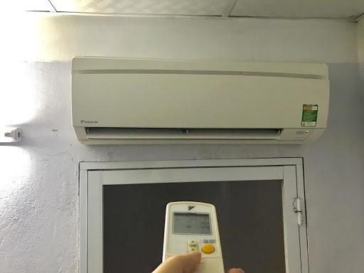 Cho máy lạnh chạy thử để kiểm tra tình trạng hoạt động