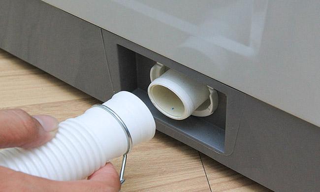 kiểm tra ống nước xả máy giặt