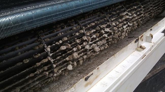 máy lạnh quá dơ bẩn không giải nhiệt được nên chỉ thổi ra gió