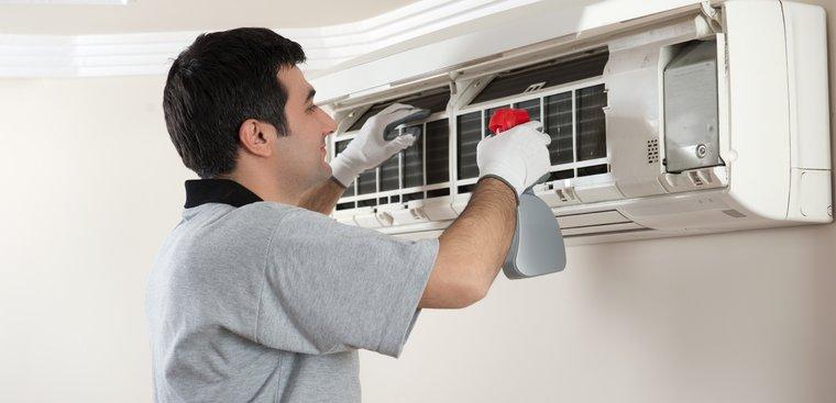 Dùng chất tẩy rủa chuyên dụng để vệ sinh máy lạnh