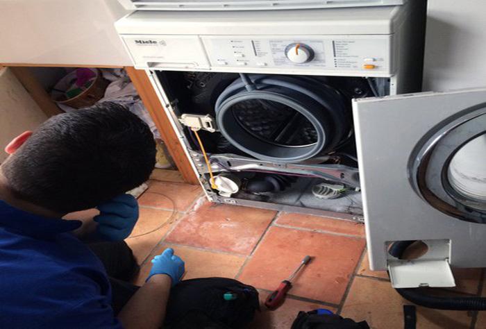 Kỹ thuật viên kiểm tra sữa chữa máy giặt tại quận 1