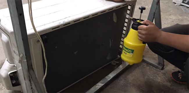 vệ sinh sạch dàn nóng bằng bình tưới cây là cách vệ sinh máy lạnh dễ làm nhất